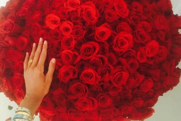 rose per belen da parte di iannone